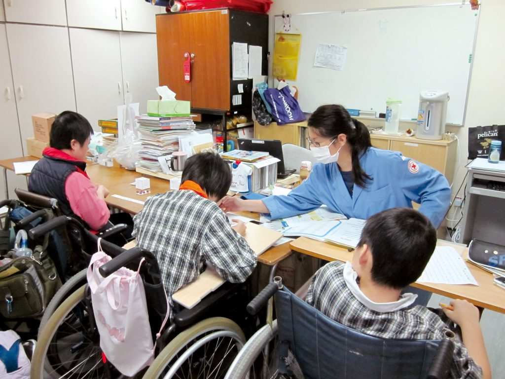 香港紅十字會醫院學校 與病童同行六十五載_黃巴士