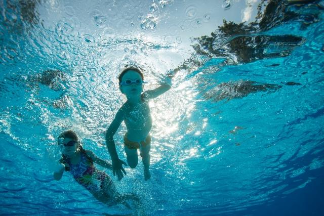 泳池潛在危機多_紅眼症_黃巴士